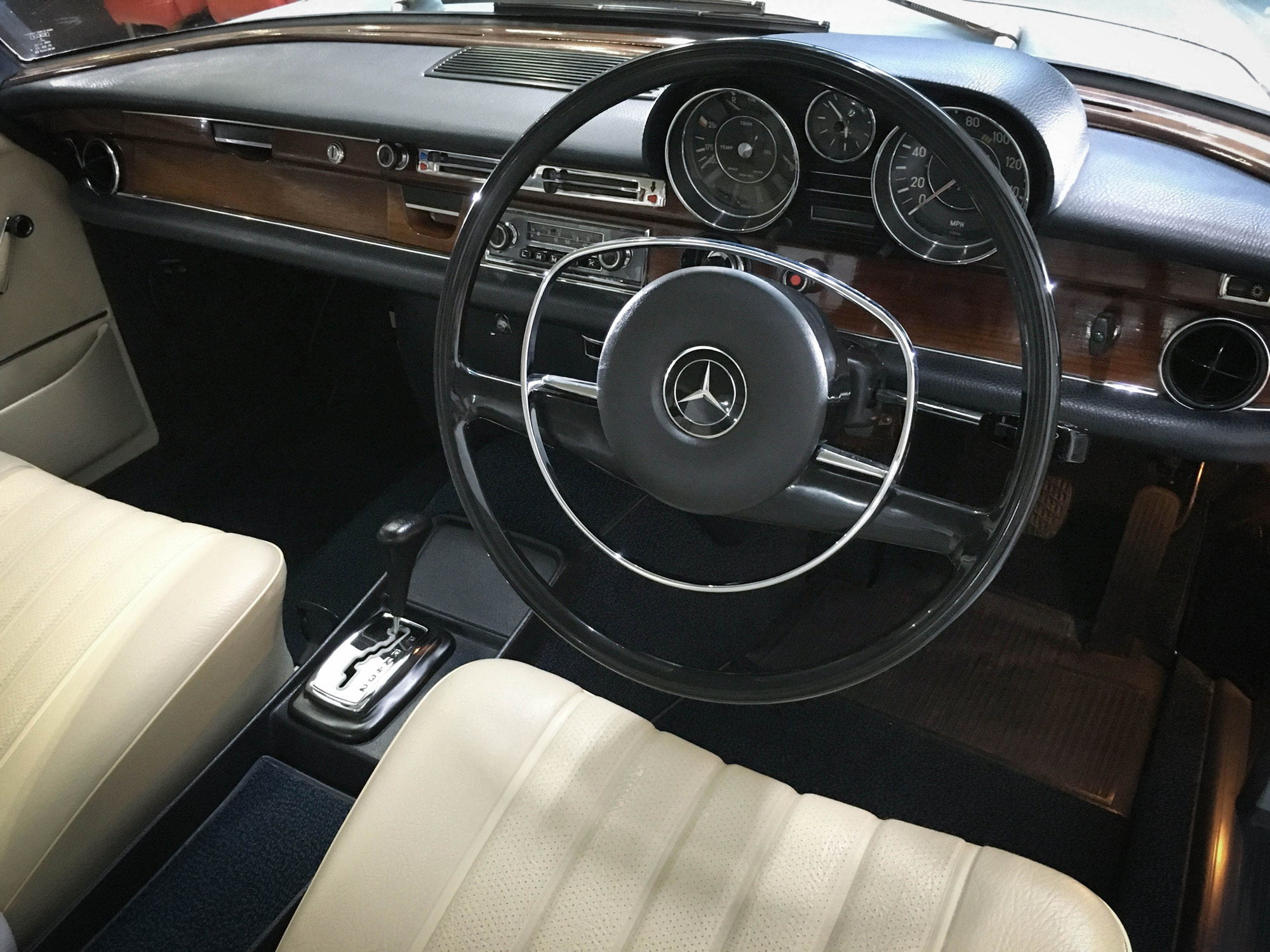 Mercedes_280se-driving-wheel