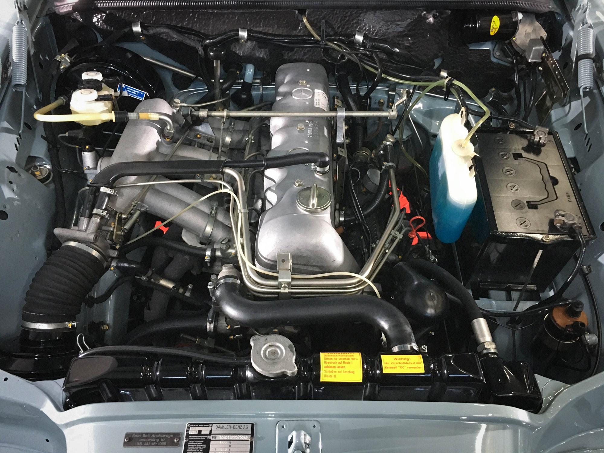 Mercedes_280se-engine