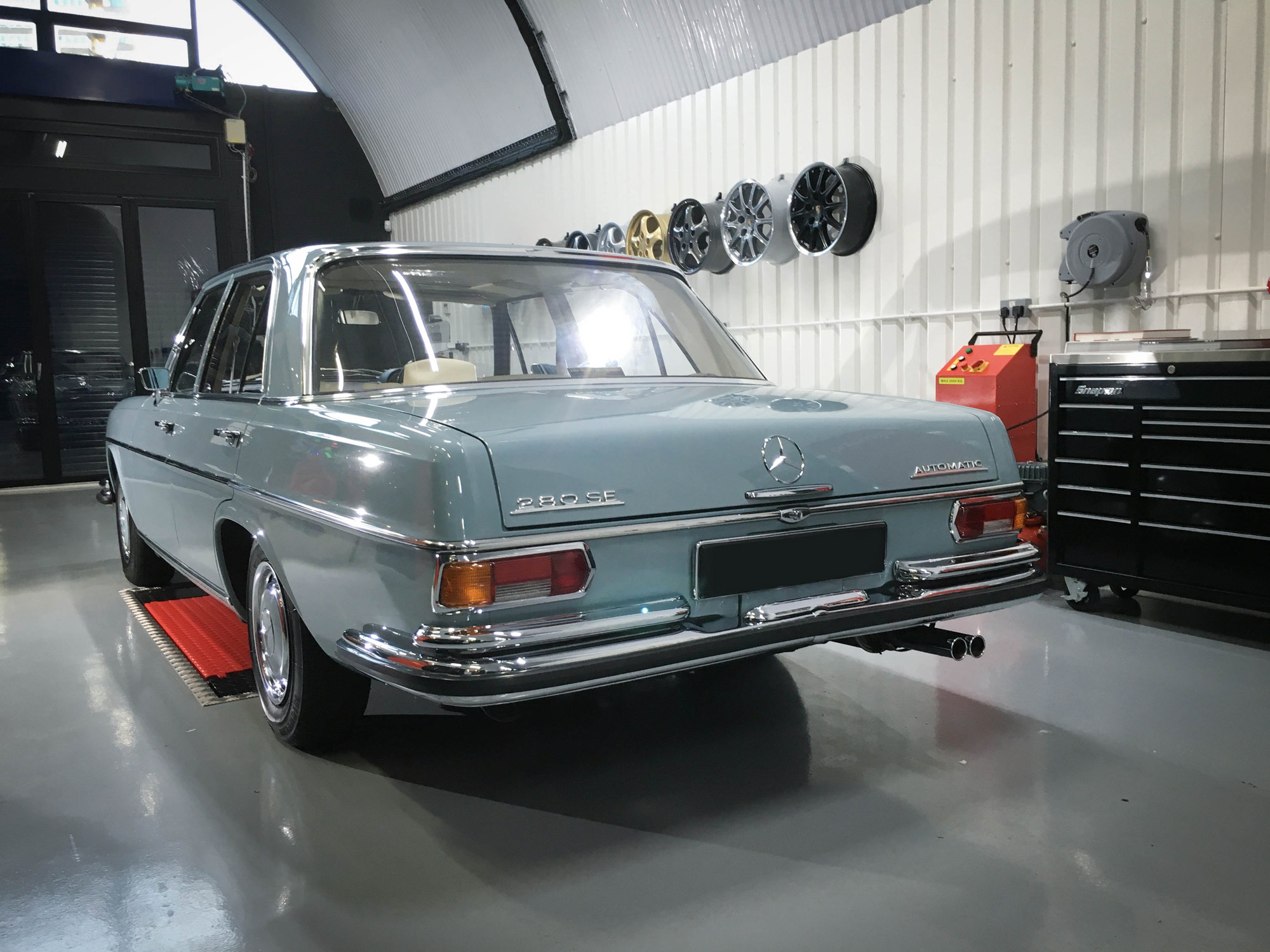 Mercedes_280sepassenger-rear