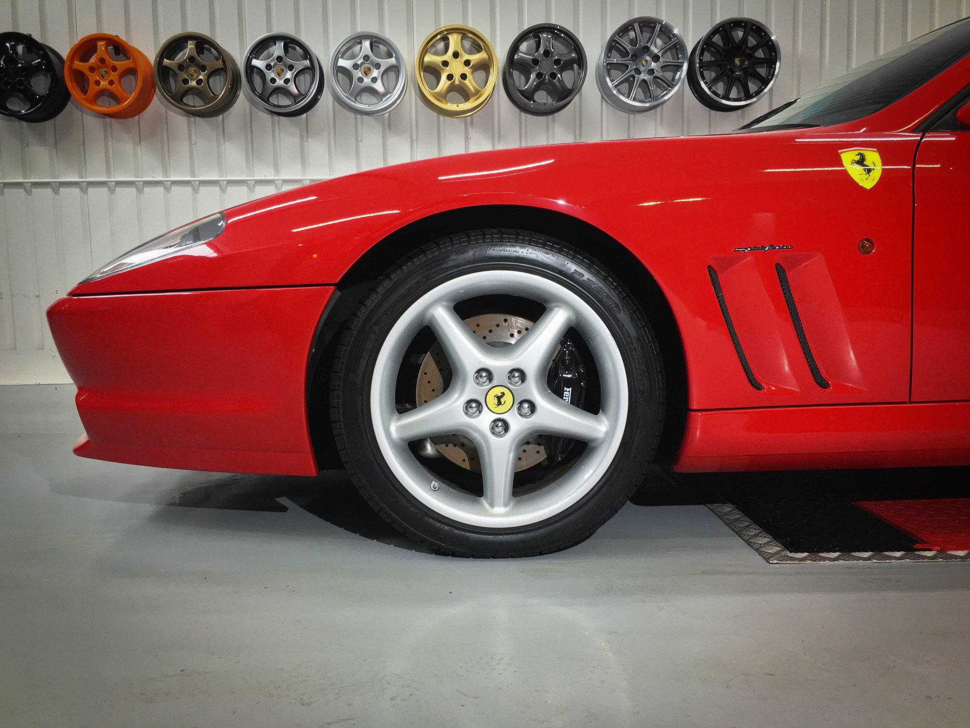 Ferrari_550_Maranello-front-alloys