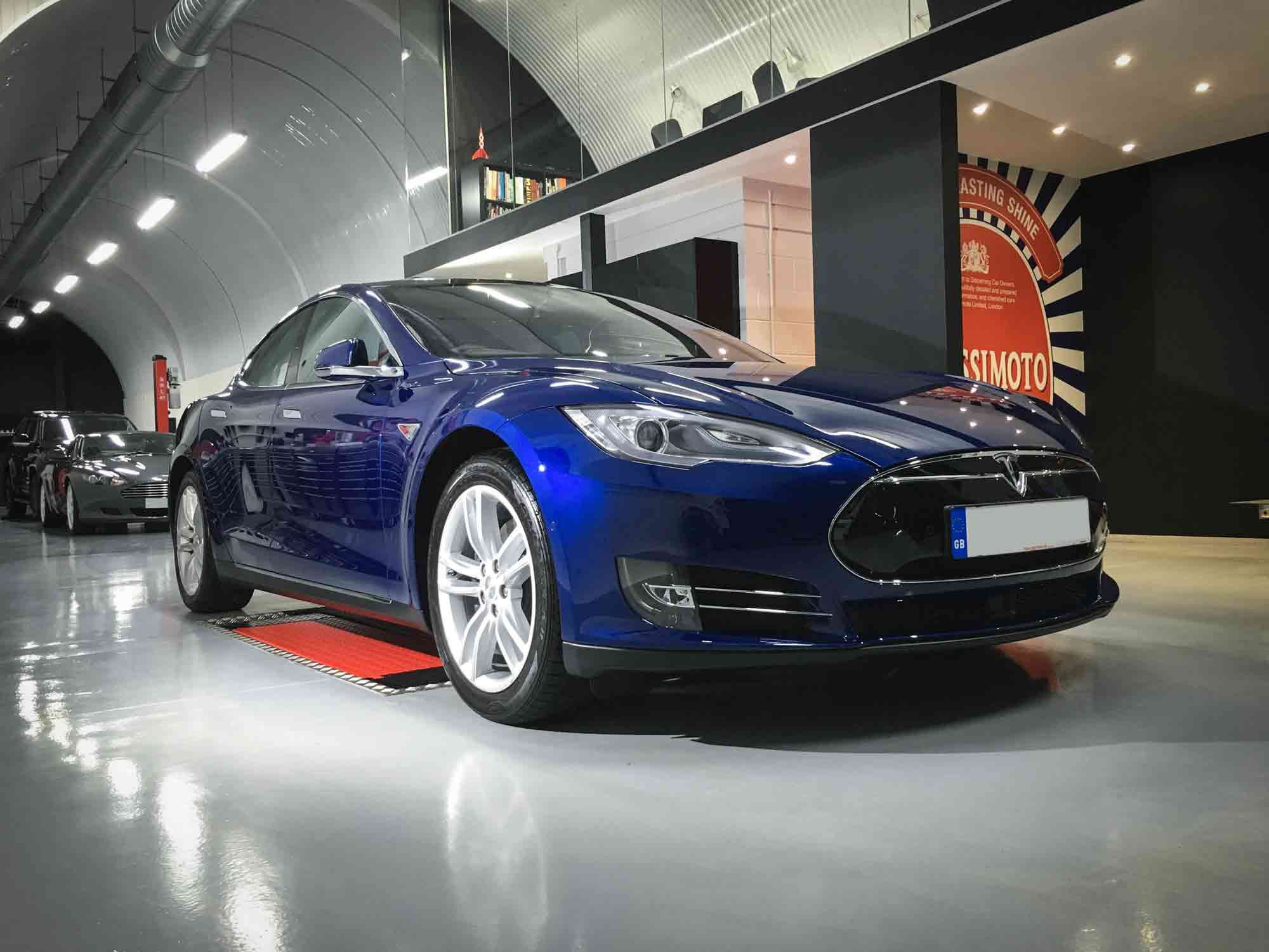 Tesla_Model_S-front-drivers