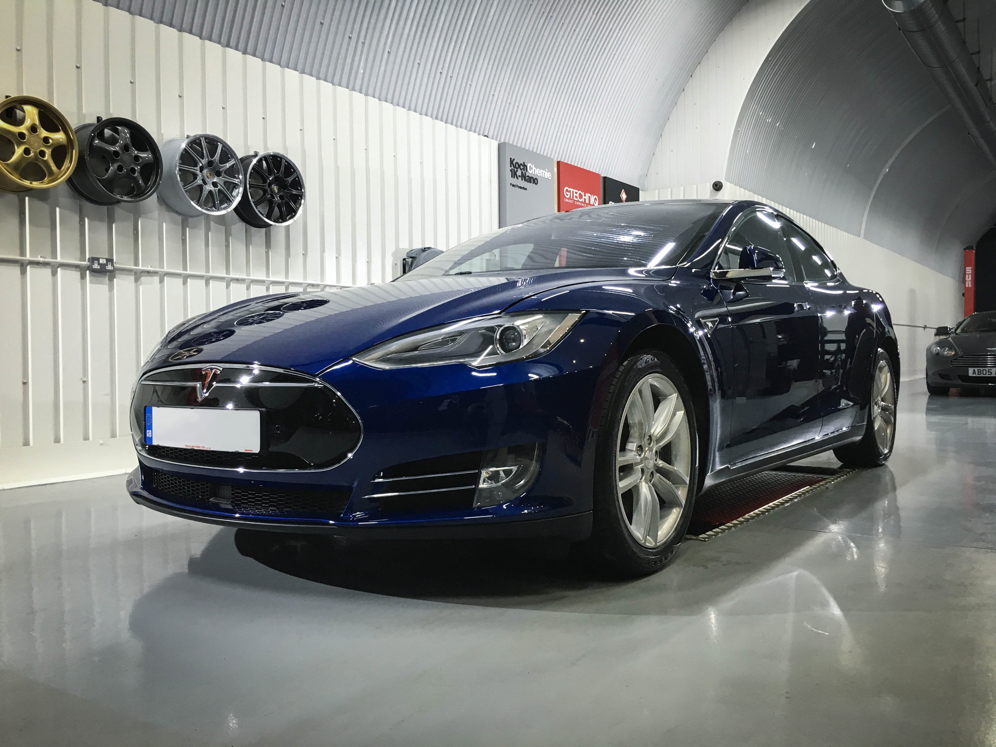 Tesla_Model_S-front-passeners-side