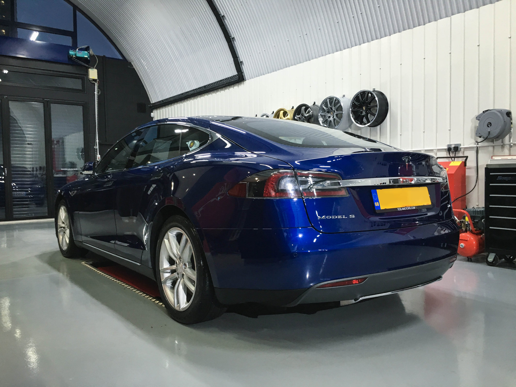 Tesla_Model_S-rear-passeners-side