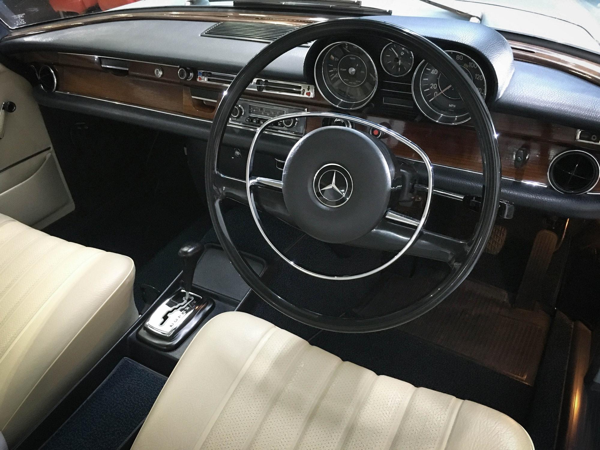 Mercedes_280se-driving-wheel