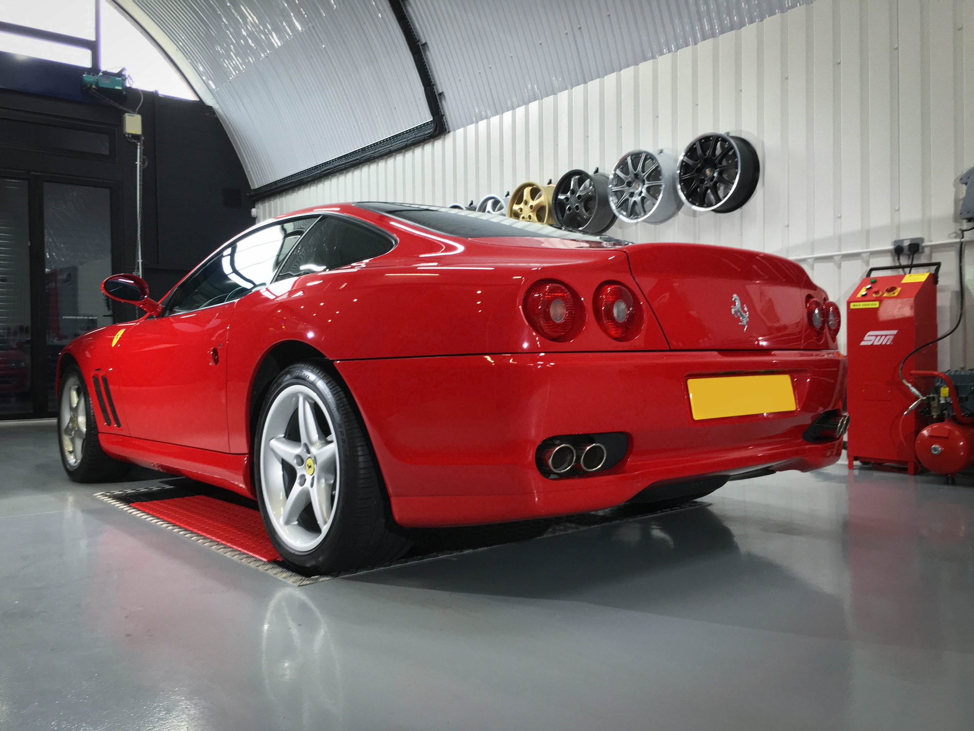 Ferrari_550_Maranello-rear-passengers